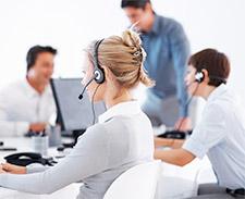Operadores trabajando en un call center
